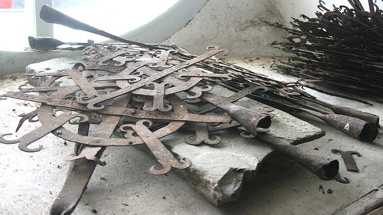 35 gravkors från 1700- och 1800-talen.
