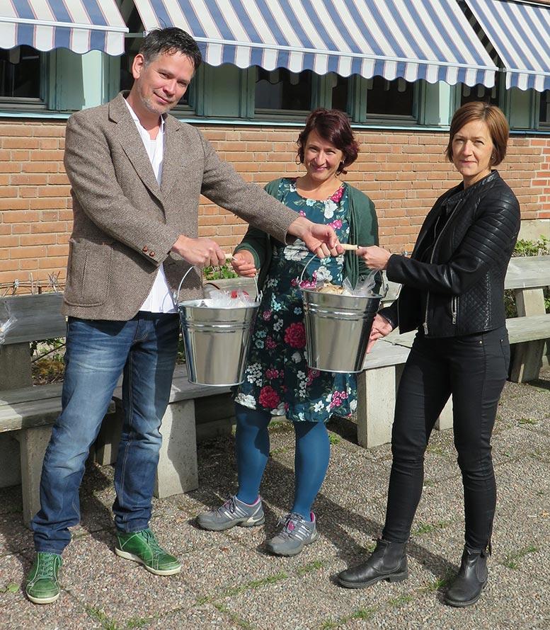 Kampanjens initiativtagare Ruben Heijloo från Revsunds Prästgård överräcker priset till vinnarna Kirsten Ludicke (tv) och Camilla Bruman.