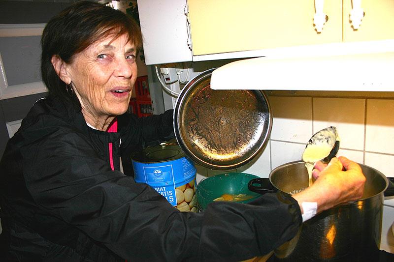 Inga-Lis Westerlund passar grytan med flötgröt som hon kokat till lunchgästerna på Trosaviks café i Hedeviken.