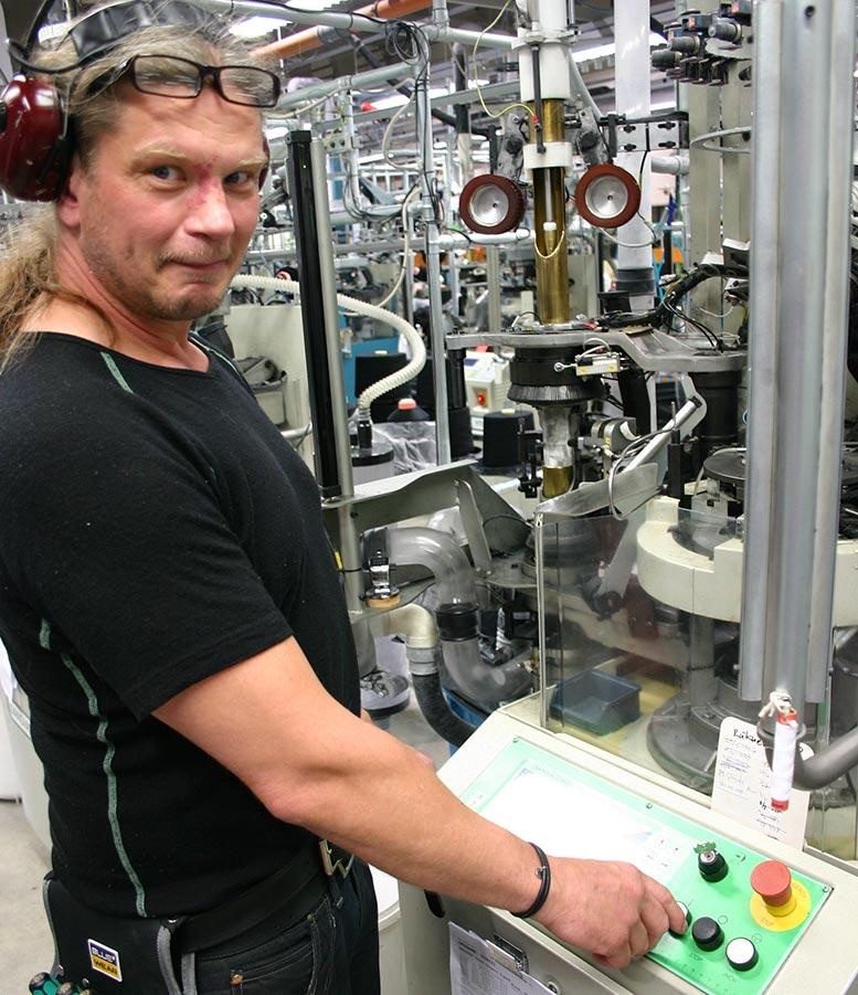 Karl-Johan Stridh är tekniker och sköter flera av de maskiner som tillverkar de basplagg som sedan sömmerskorna syr ihop. Här tillverkas ärmar.