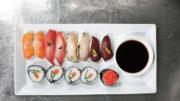 tallrik med sushi av fisk och älg
